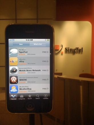 ในงานจะมีทีวีทำเหมื�น iPhone ตัวใหญ่ๆ มาตั้งให้เห็นศักยภาพเต็มๆ